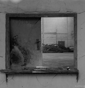 Blick durch rostige Tür